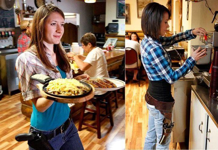 Jessie Spaulding y Ashlee Saenz, en su turno en el restaurante Shooters Grill en Rifle, Colorado, donde armadas con pistolas atienden a los clientes. (AP Photo/Glenwood Springs Post Independent, Christopher Mullen)