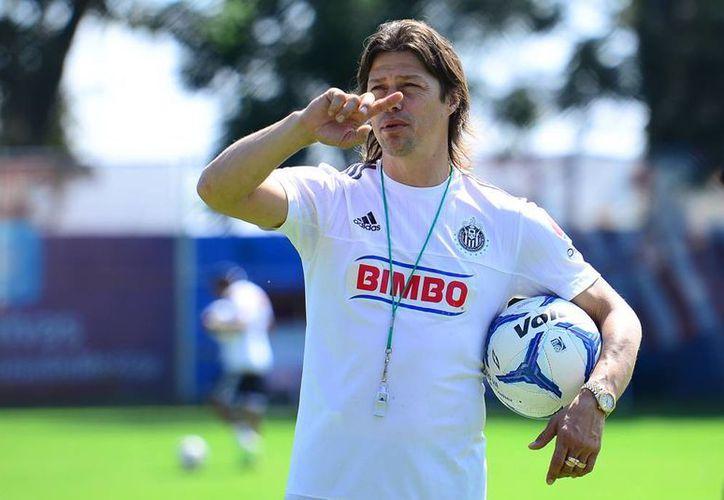 El técnico argentino Matías Almeyda aseguró que es por medio de los entrenamientos que busca convencer a los jugadores del Guadalajara y considera que una relación cercana es buena para el jugador. (Archivo Mexsport)