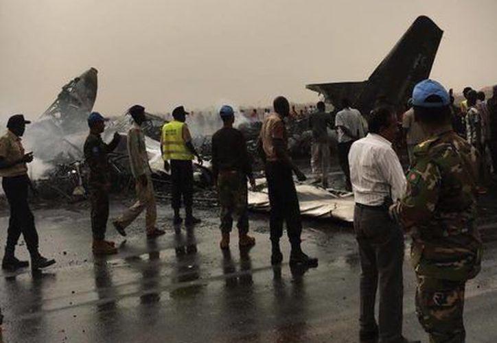 Personal del aeropuerto y pasajeros difundieron en Internet varias imágenes de los restos calcinados del avión. (The National Courier)