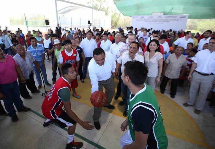 Como parte de sus actividades del lunes, el gobernador Rolando Zapata Bello dio el saque inicial de un partido de basquetbol en Muxupip. (SIPSE)