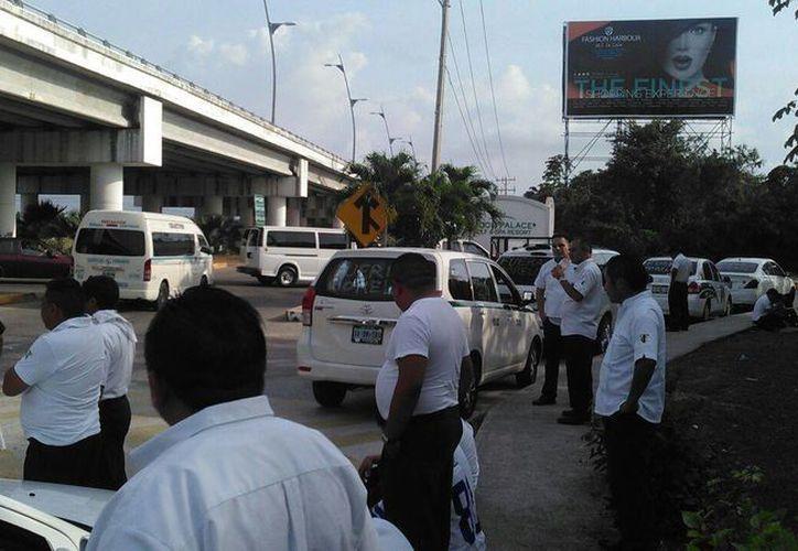 Choferes de Cancún protestan en contra de los taxistas de Puerto Morelos. (Sergio Orozco/SIPSE)