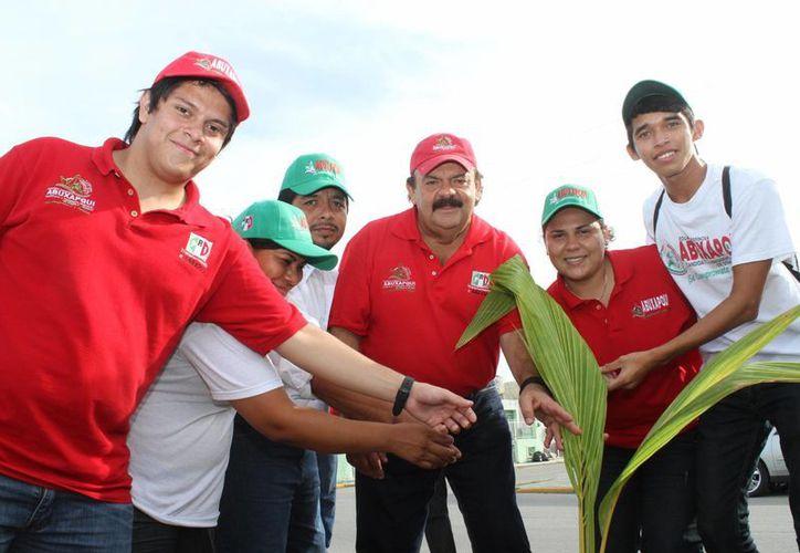 Eduardo Espinosa Abuxapqui se comprometió con productores de plantas de la capital. (Harold Alcocer/SIPSE)