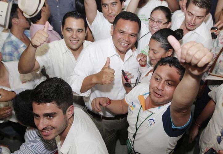 El gobernador Rolando Zapata Bello convivió con jóvenes en el congreso de comunicación. (Milenio Novedades)
