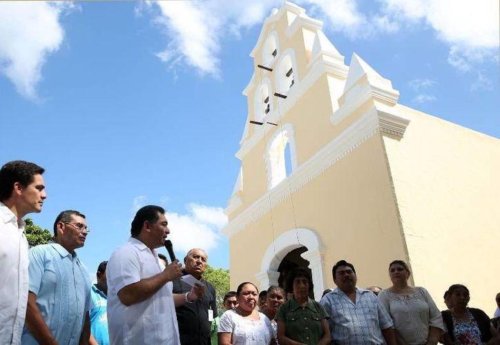Víctor Caballero entregó trabajos de mantenimiento del templo de Komchén. (Milenio Novedades)