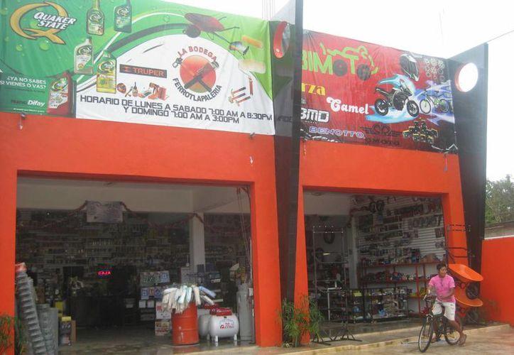 Los comerciantes de Bacalar podrán realizar mejoras a sus negocios a través de los subsidios disponibles. (Javier Ortiz/SIPSE)