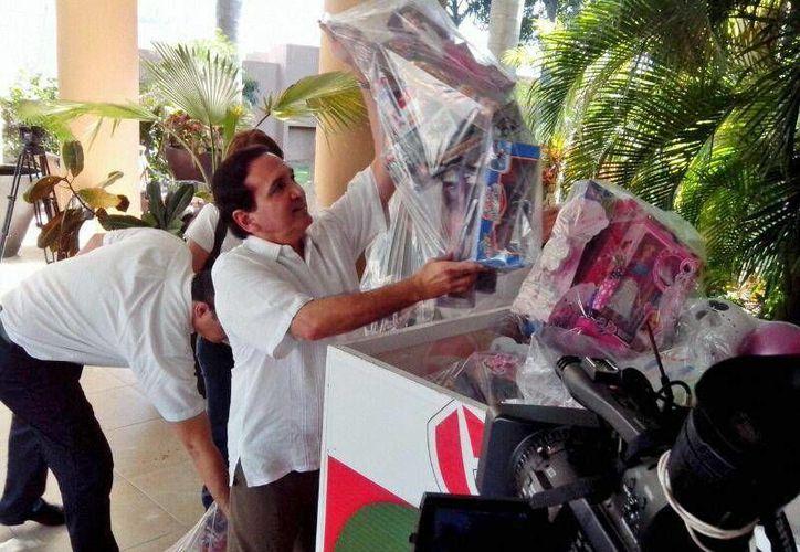 Directivos de la Canaco entregando juguetes para la campaña 24x24. (SIPSE)