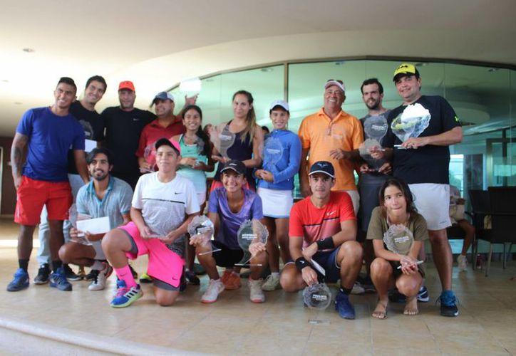 Los participantes recibieron premios económicos y regalos de los patrocinadores. (Raúl Caballero/SIPSE)