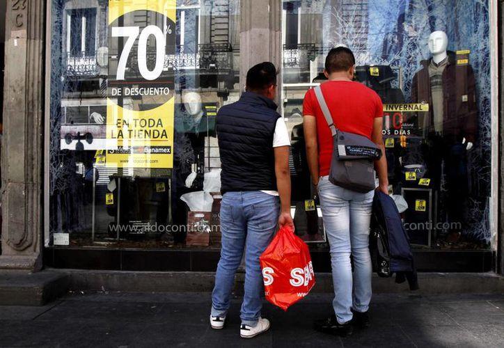 El costo que han tenido que absorber los bancos por los clientes que han dejado de pagar ha subido en el último año dos por ciento desde los 100 mil 500 a octubre de 2014. (Archivo/Notimex)