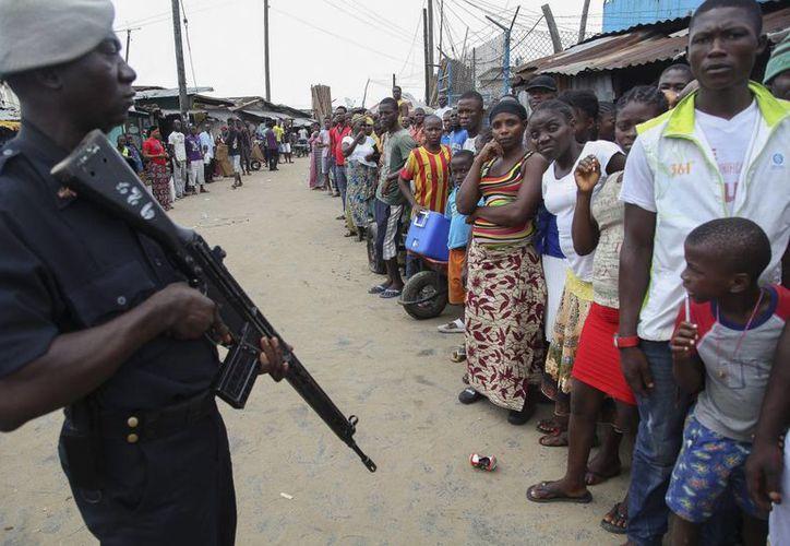 Un policía liberiano vigila en el suburbio de cuarentena de West Point, en Monrovia, Liberia. (Archivo/EFE)