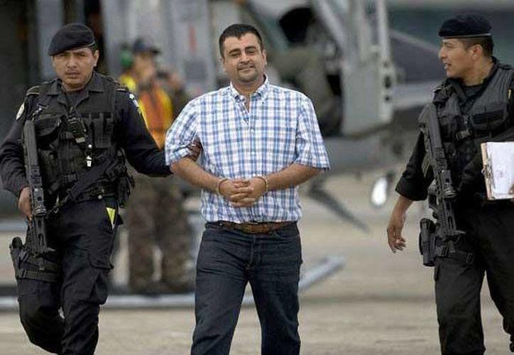 Walter Arelio Montejo Mérida, en imagen de archivo, escoltado por agentes de Guatemala. (Foto: www.monitoreodemedios.gt)