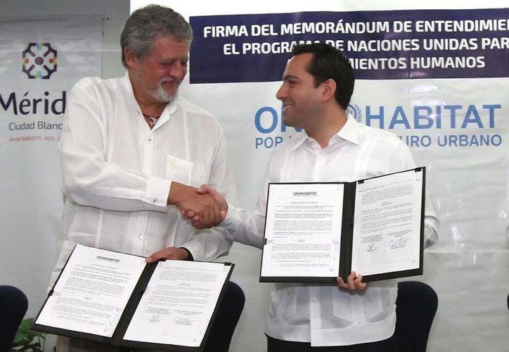 Erik Vittrup Christensen, representante en México del Programa de las Naciones Unidas para los Asentamientos Humanos, durante una firma de acuerdo con Mauricio Vila, alcalde meridano. (Foto cortesía del Ayuntamiento de Mérida)