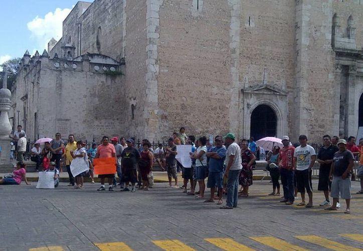 Unos 250 pepineros bloquearon el cruzamiento de las calles 60 y 61 del Centro para pedir que se levante la veda, vigente desde mayo pasado. (Martha Chan/SIPSE)