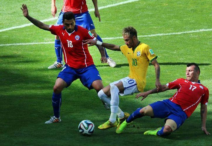 El aficionado Jairo Rueda de Oliveira no alcanzó a enterarse que Brasil venció a Chile en penales, falleció antes de un infarto. La imagen corresponde a ese partido. (Archivo Notimex)