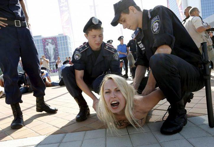 Las activistas de Femen causan revuelo al protestar en público con los senos descubiertos. (EFE)
