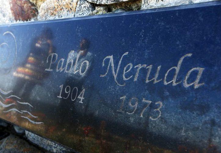 Dos visitantes se reflejan en la tumba del poeta chileno y Premio Nobel de Literatura Pablo Neruda, en la casa-museo en Isla Negra, cerca de la localidad de El Quisco, a unos 150 kilómetros de Santiago de Chile. (EFE)