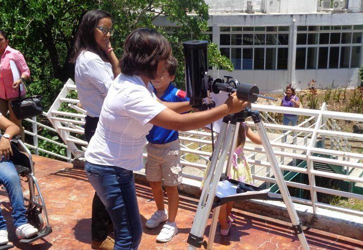 Un grupo de niños asistió al planetario de Chetumal para observar Mercurio. (Ángel Castilla/SIPSE)