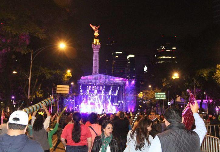 Desde temprana hora, los capitalinos se dieron cita en el Ángel de la Independencia para disfrutar del concierto gratuito. (Notimex)