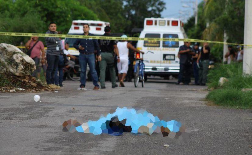 El cadáver de J.M.E.E.P. quedó tirado en la vía pública, luego que fue arrojado por un taxista. (Martín González/SIPSE)