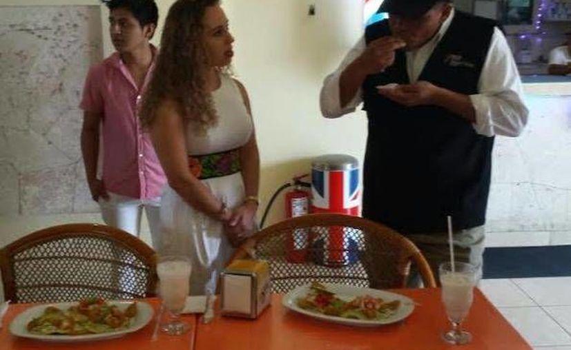 Durante su visita al restaurante Viña del Mar, en el puerto de Progreso, el gobernador de Yucatán, Rolando Zapata Bello, comió unas tostadas de mariscos. (SIPSE)