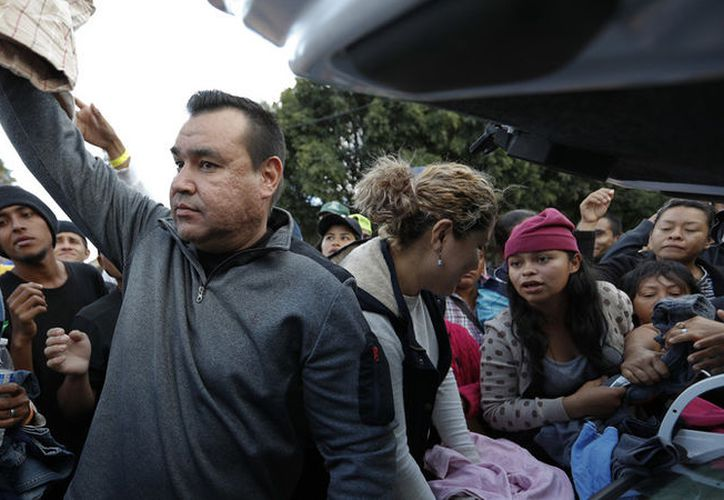 El gobierno de Estados Unidos determinó no levantar cargos contra las 42 personas de la caravana migrante que intentó ingresar a dicho país a la fuerza el domingo pasado. (AP)