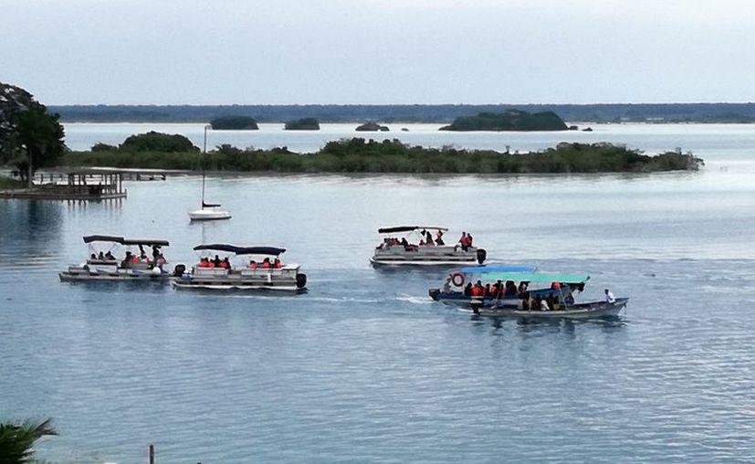 Ambientalistas advierten que prestadores de servicios acuáticos contaminan la laguna de Bacalar, al usarla como baño para sus clientes. (Javier Ortiz/SIPSE)