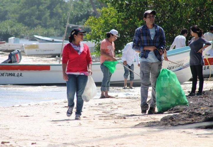 Habitantes del pueblo de pescadores limpian el litoral que se ensucia más cuando hay tiempo frío. (Ernesto Neveu/SIPSE)