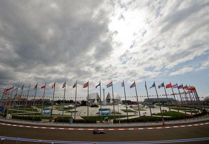 Nico Hulkenberg, compañero de Sergio 'Checo' Pérez en la escudería Force India, recorre la pista del Gran Premio de Rusia que se corre este domingo. (AP)
