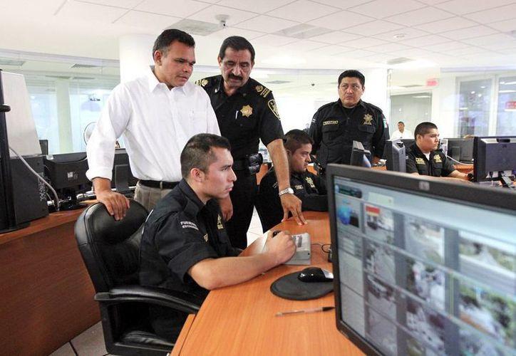Zapata Bello, con el secretario de Seguridad Pública, Luis Felipe Saidén Ojeda, en las instalaciones de la Unipol. (SIPSE)
