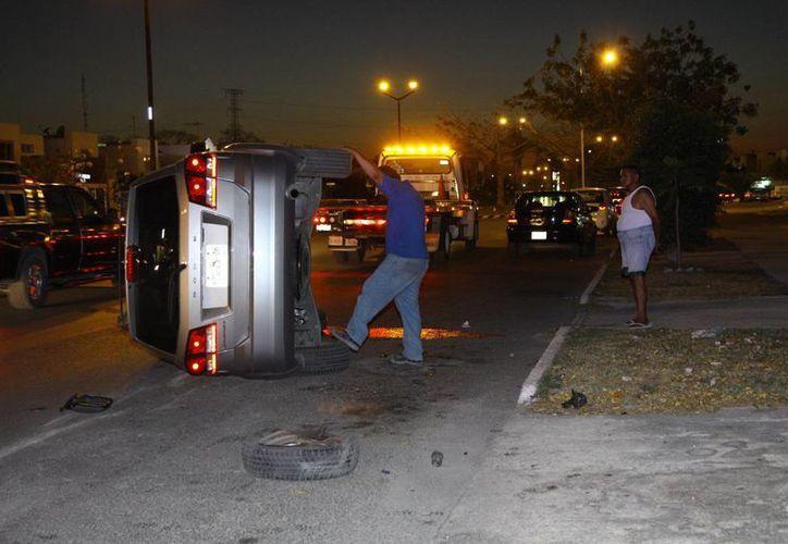 Un joven perdió el control de esta camioneta debido a que conducía a exceso de velocidad. (SIPSE)