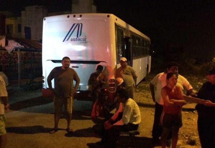 Un joven fue sometido por vecinos momentos después de que asaltó al conductor de un autobús en la Región 254.(Redacción/SIPSE)