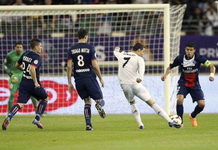 El delantero del Real Madrid Cristiano Ronaldo (2d) dispara frente al brasileño Thiago Silva del PSG, durante el partido amistoso en el estadio Khalifa de Doha, Catar. (EFE)