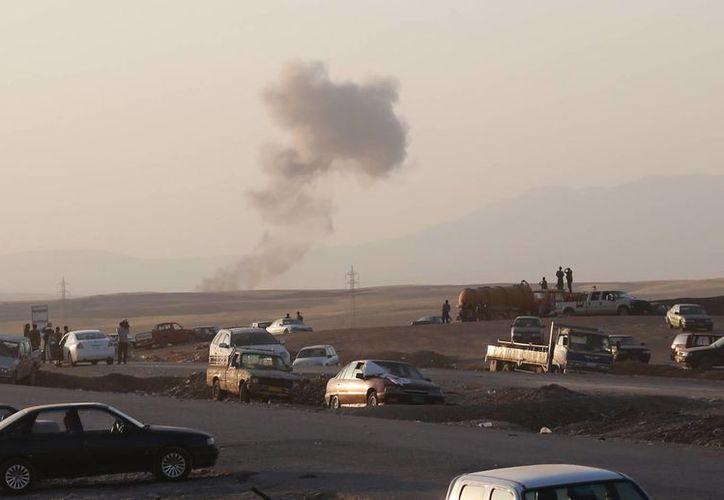 Columnas de humo se observan desde un punto de revisión en la ciudad de Irbil, Irak, uno de los primeros sitios que bombardeó la Marina de EU este viernes 9 de agosto de 2014. (Foto: AP)