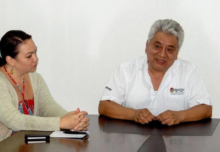 Director de Apropiación Social del Coqcyt, Hernán Herrera Jiménez y la nueva directora del planetario. (Redacción/SIPSE)