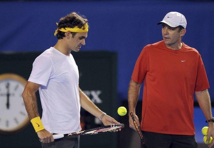Con Paul Annacone, Federer conquistó el torneo de Wimbledon 2012, el séptimo ahí, y el Grand Slam 17 de su carrera. (EFE/Archivo)