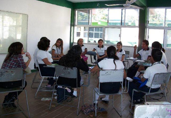 Los primeros 101 alumnos tomaban clases en los salones de la escuela secundaria del lugar, antes de ubicarlos en los actuales espacios. (Contexto/Internet)