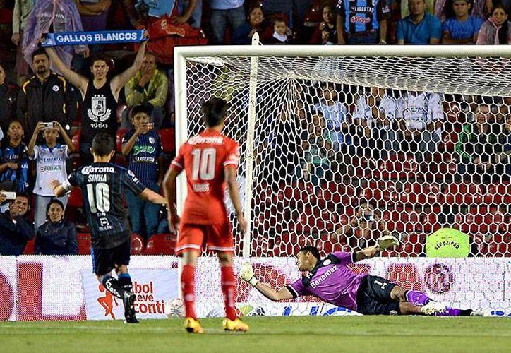 Antonio Naelson 'Sinha' falló un penal en su partido de homenaje en el estadio de Querétaro. (Foto tomada de Facebook/Queretaro F.C.)