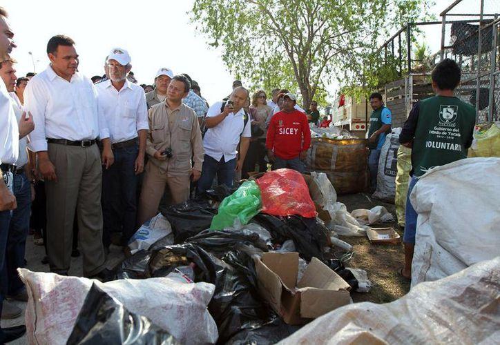 Zapata Bello verificó ayer la efectividad del programa 'Recicla por tu bienestar', el cual ha recolectado más de 26,850 kilos de cacharros. (Cortesía)