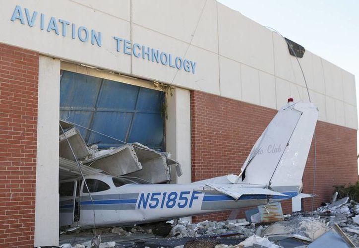 Un avión causó daños en un edificio de Tecnología de la Aviación, en las instalaciones del Centro de Tecnología Canadian Valley en El Reno, Oklahoma. (Agencias)