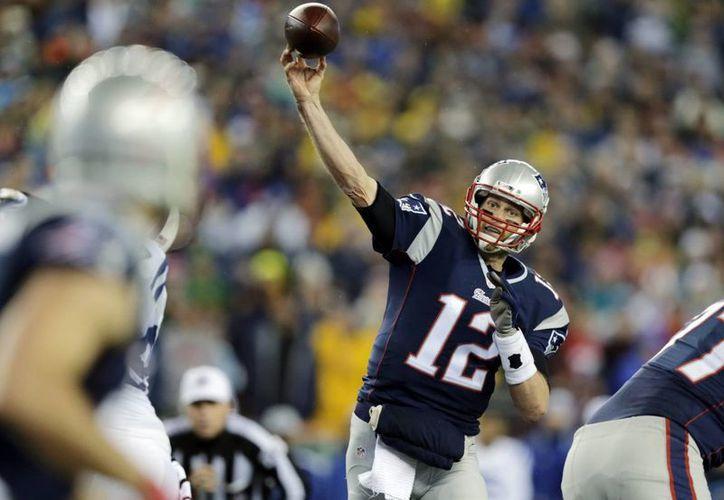 El quarter back de Patriots de Nueva Inglaterra, Tom Brady, lanza un pase en el partido contra Colts de Indianápolis, en el que se utilizaron balones desinflados, caso que todavía sigue bajo investigación. (Foto: AP)