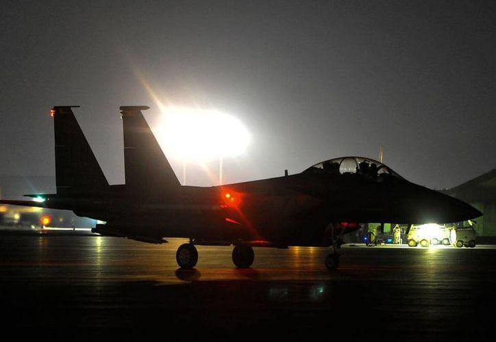 Imagen de archivo, proporcionada por la Fuerza Aérea de EU, se preparan para lanzar ataques contra el EI, en Siria. Este sábado, la coalición de EU y países árabes volvió a abrir fuego, ahora en Kobani. (AP)