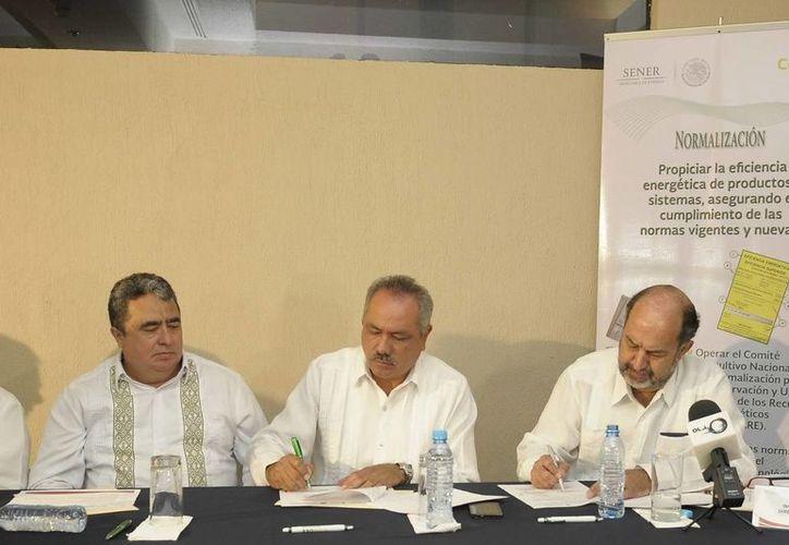 El secretario de Gobierno, Gabriel Mendicuti Loría, atestiguó la firma del convenio. (Redacción/SIPSE)