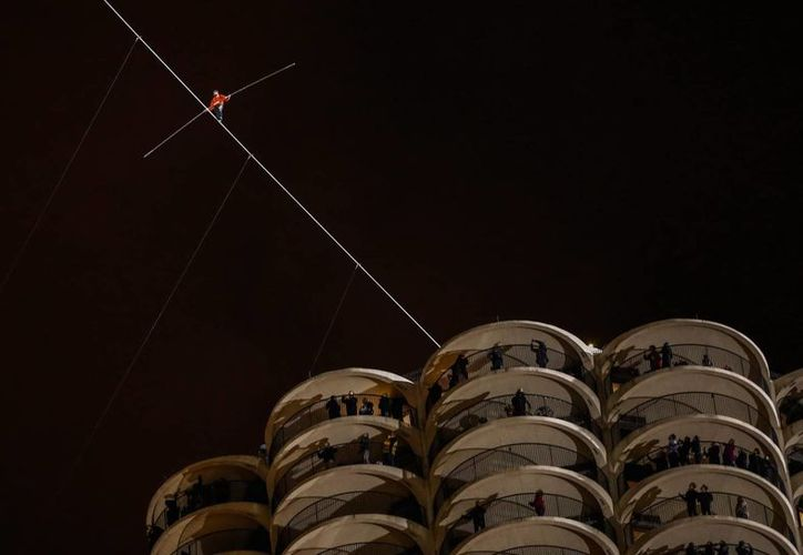El equilibrista estadounidense Nik Wallenda al caminar el equivalente a dos cuadras, con un ángulo de 19 grados, entre los rascacielos Marina West, de 179.2 metros de altura (588 pies) y Leo Burnett,  de 204.5 metros de altura (671 pies). (EFE)