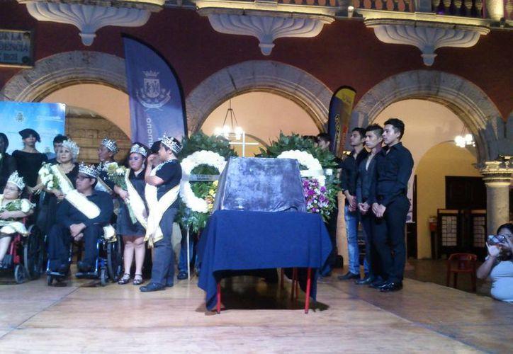 Con el entierro de Juan Carnaval se pone fin al Carnaval Mérida 2014. El acto se realizó en la Plaza Grande. (Johnny Echeverría/SIPSE)