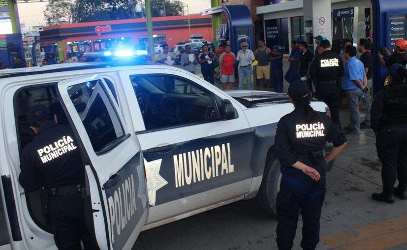 Ciudadanos exigieron que se les cobre el costo de la gasolina sin impuestos, en Chetumal. (Redacción/SIPSE)