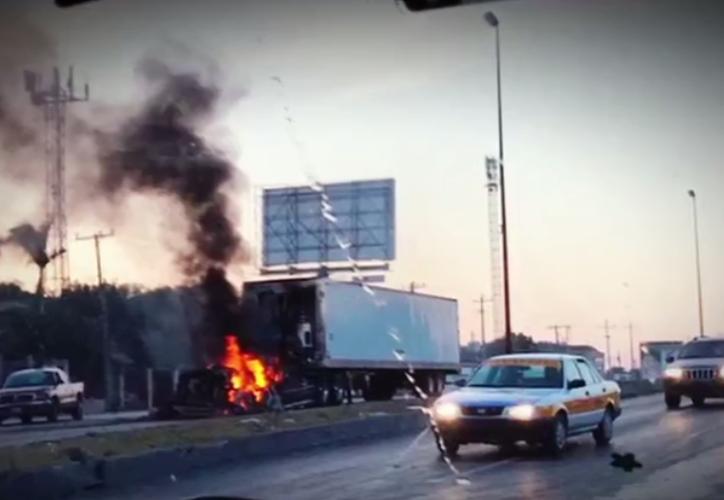 En Reynosa, la mañana de este viernes, civiles armados levantaron barricadas con automotores para bloquear las calles aledañas al Hospital de Pemex. (Televisa News).