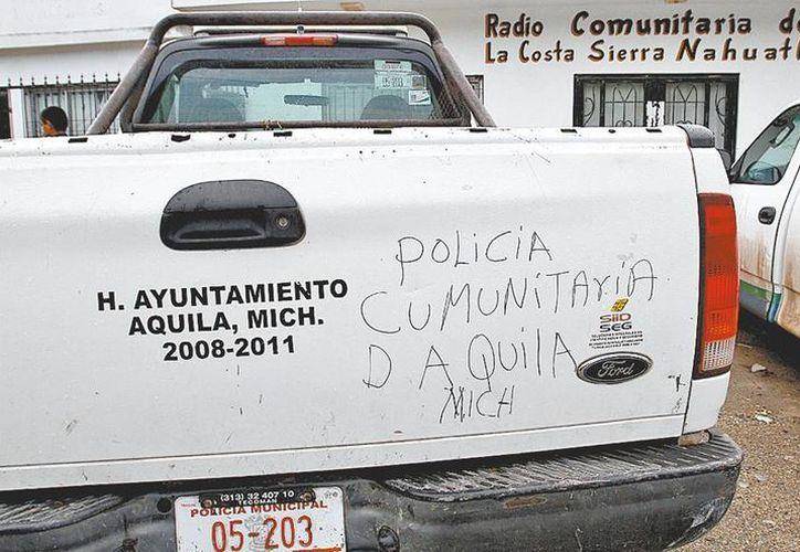 Los vehículos oficiales estaban en manos de la autodefensa. (Foto: Milenio)
