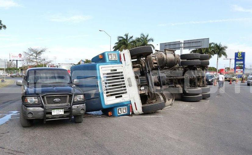 A lado de una camioneta terminó la cabina del tráiler. (SIPSE)
