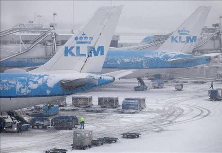 La fuerte nevada y los vientos han ocasionado retrasos y cancelaciones de varios vuelos en Holanda. (EFE)