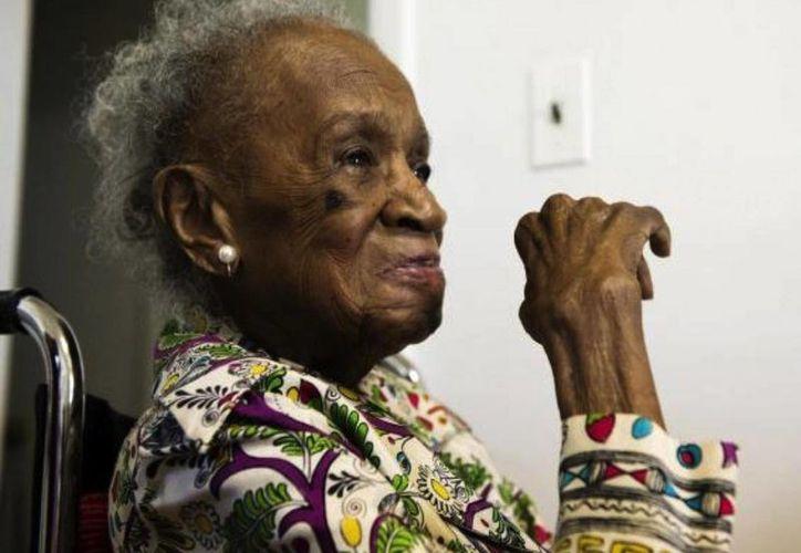 Agnes Fenton, quien radica en Nueva Jersey, Estados Unidos tiene 110 años le adjunta al alcohol su larga y buena calidad de vida. (AP)