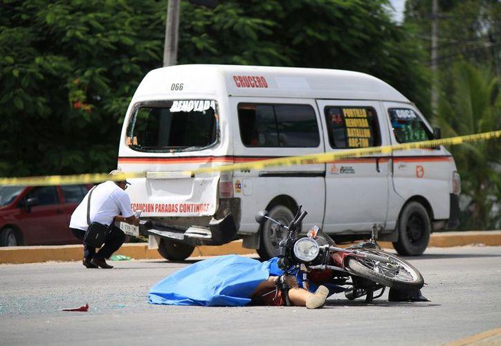 A pesar del arribo de personal de emergencia, el conductor de la motocicleta murió en el lugar de los hechos. (Eric Galindo/SIPSE)